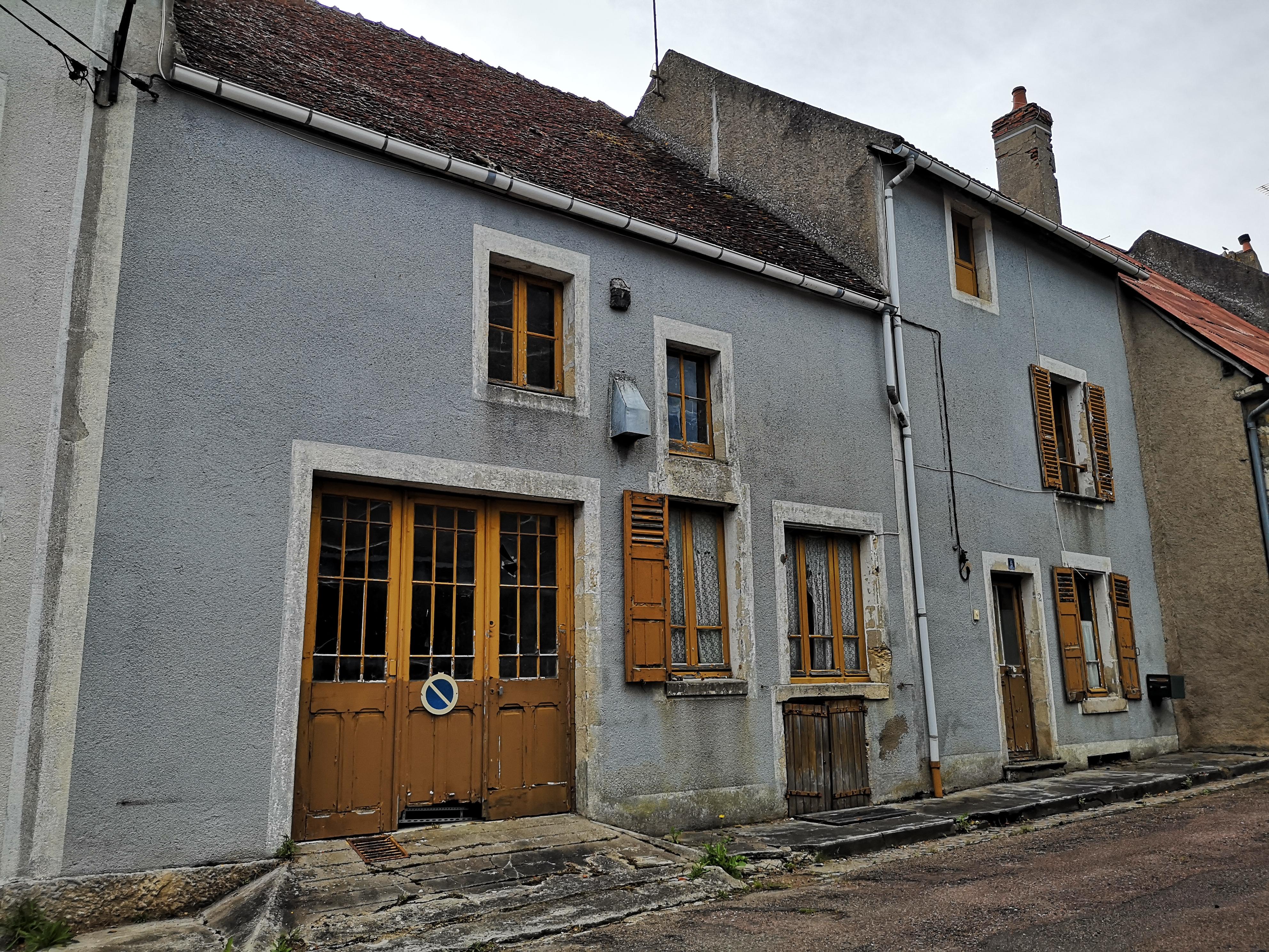 MAISON à rénover 87 m² HABITABLES, dans  bourg avec commerces